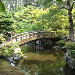 Imperial_Palace_in_Kyoto_-_garden_of_emperor_library_-_bridge_2_co2_1200px